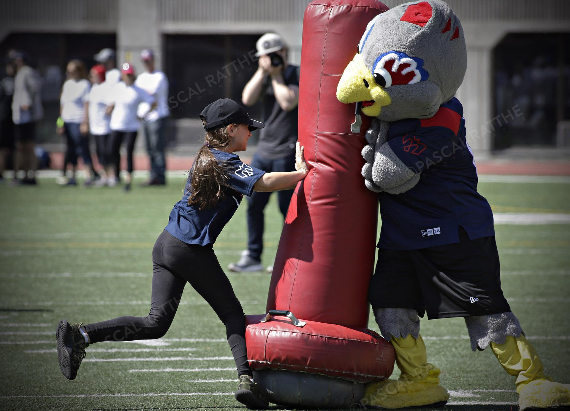 Cliniques Football des Alouettes de Montréal une jeune enfant plaque un gros sac rouge
