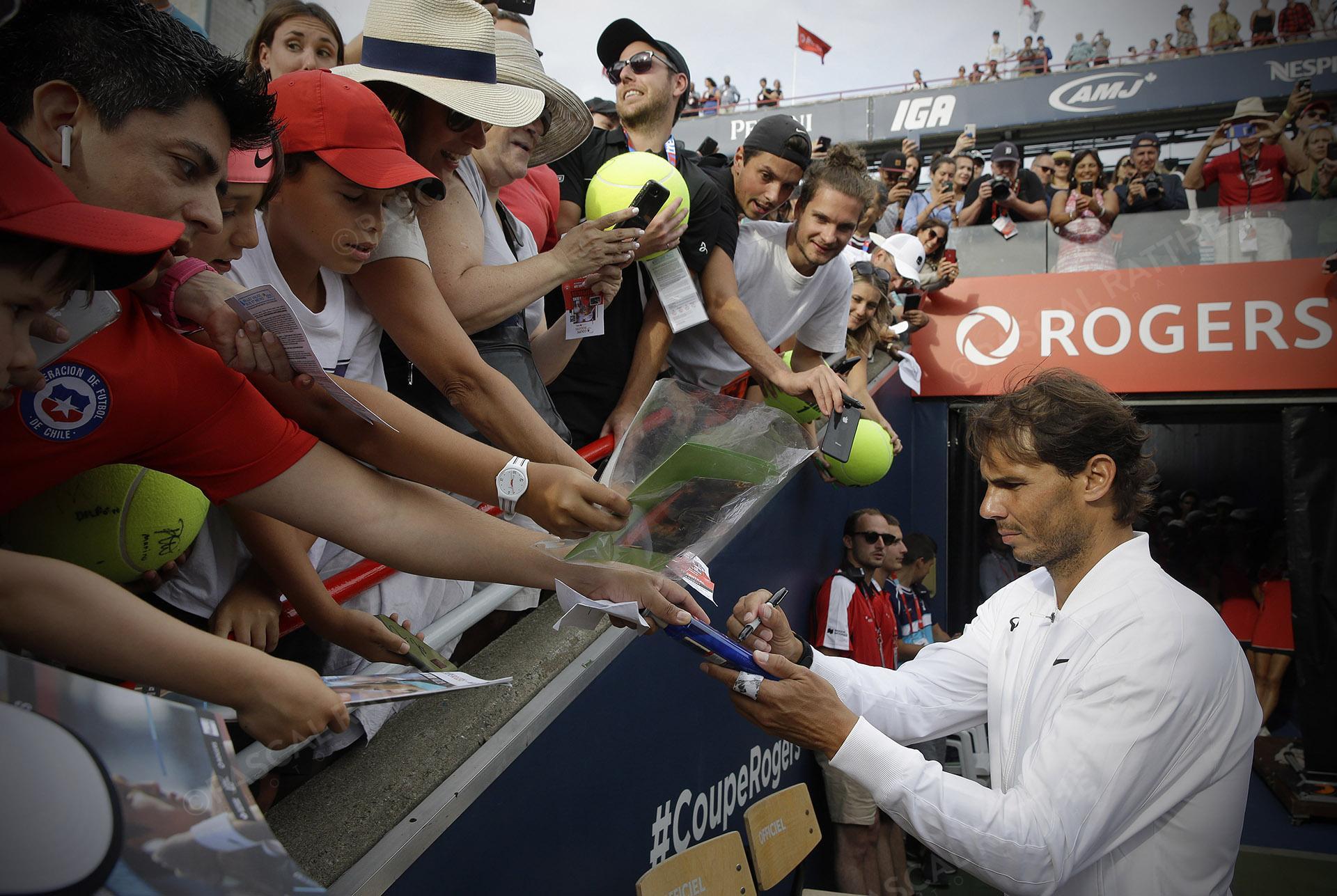 Rafael Nadal est un joueur de tennis espagnol à la coupe rogers 2019 il signe des autographes aux nombreux partisans