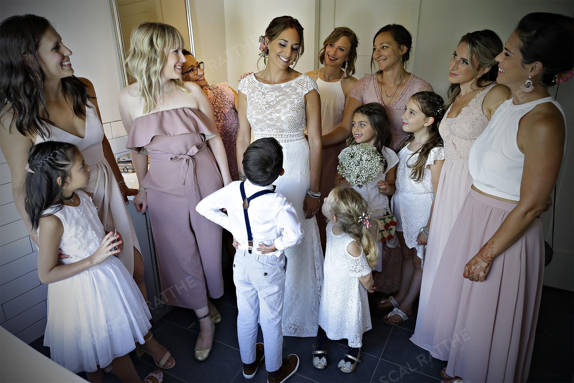 la marié avec les demoiselles d'honneur avant une cérémonie de mariage