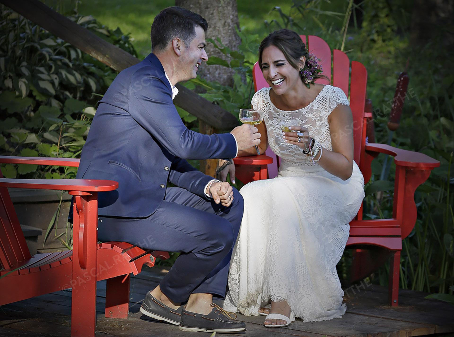 photographie après la cérémonie de mariage, les mariés en éclat de rire