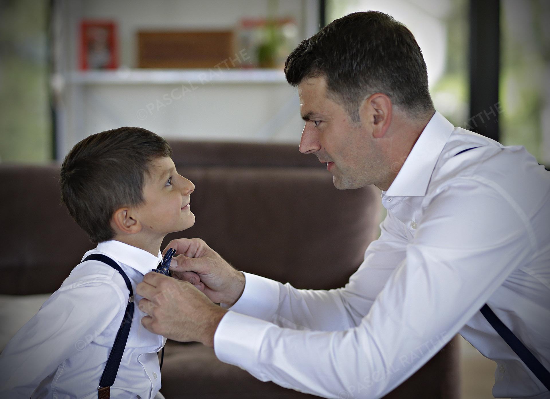 un moment de tendresse entre le fils et le père avant un mariage
