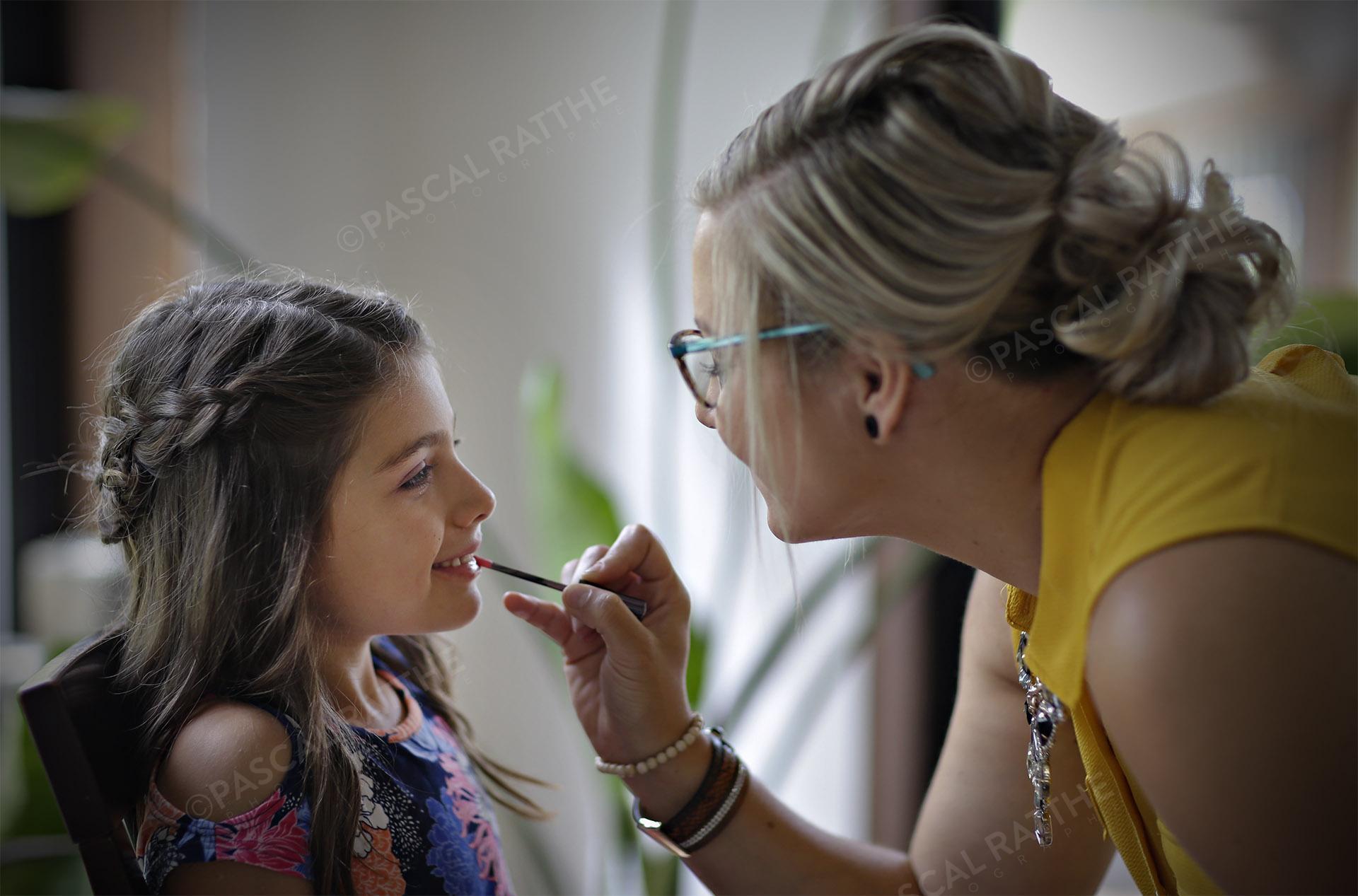 jeune fille se faisant maquiller pour un mariage