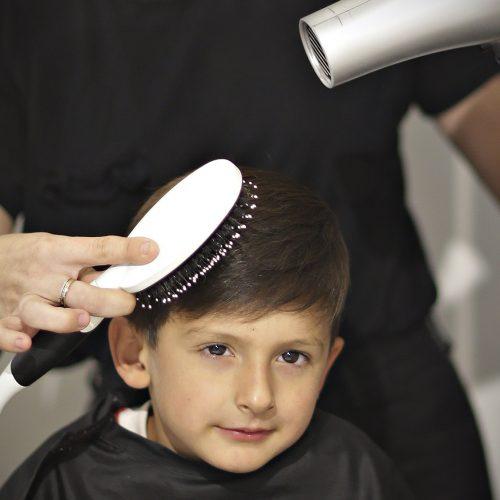jeune homme se faisant coiffer en vue d'un mariage