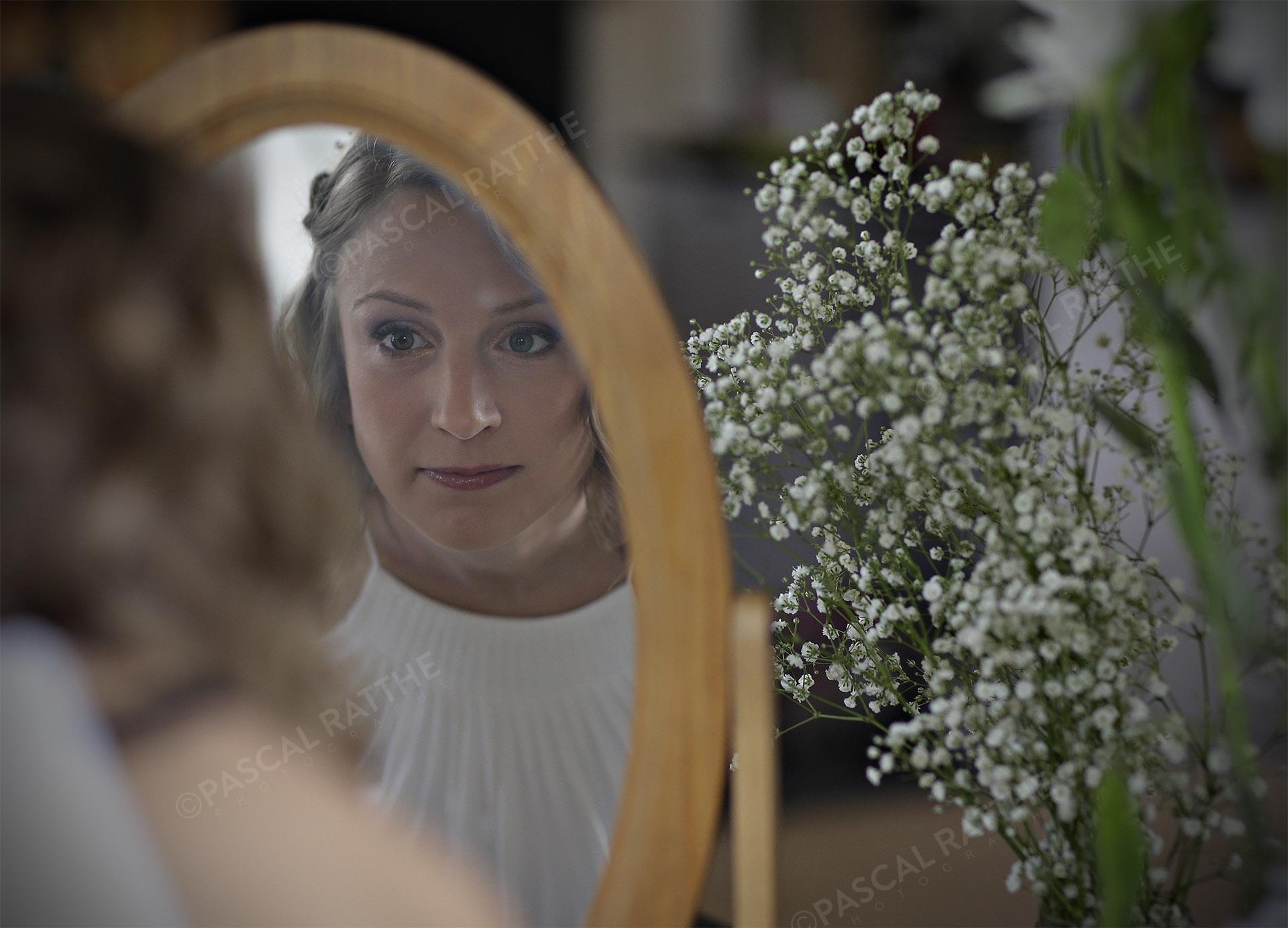 fille d'honneur d'un mariage se regardant dans un miroir