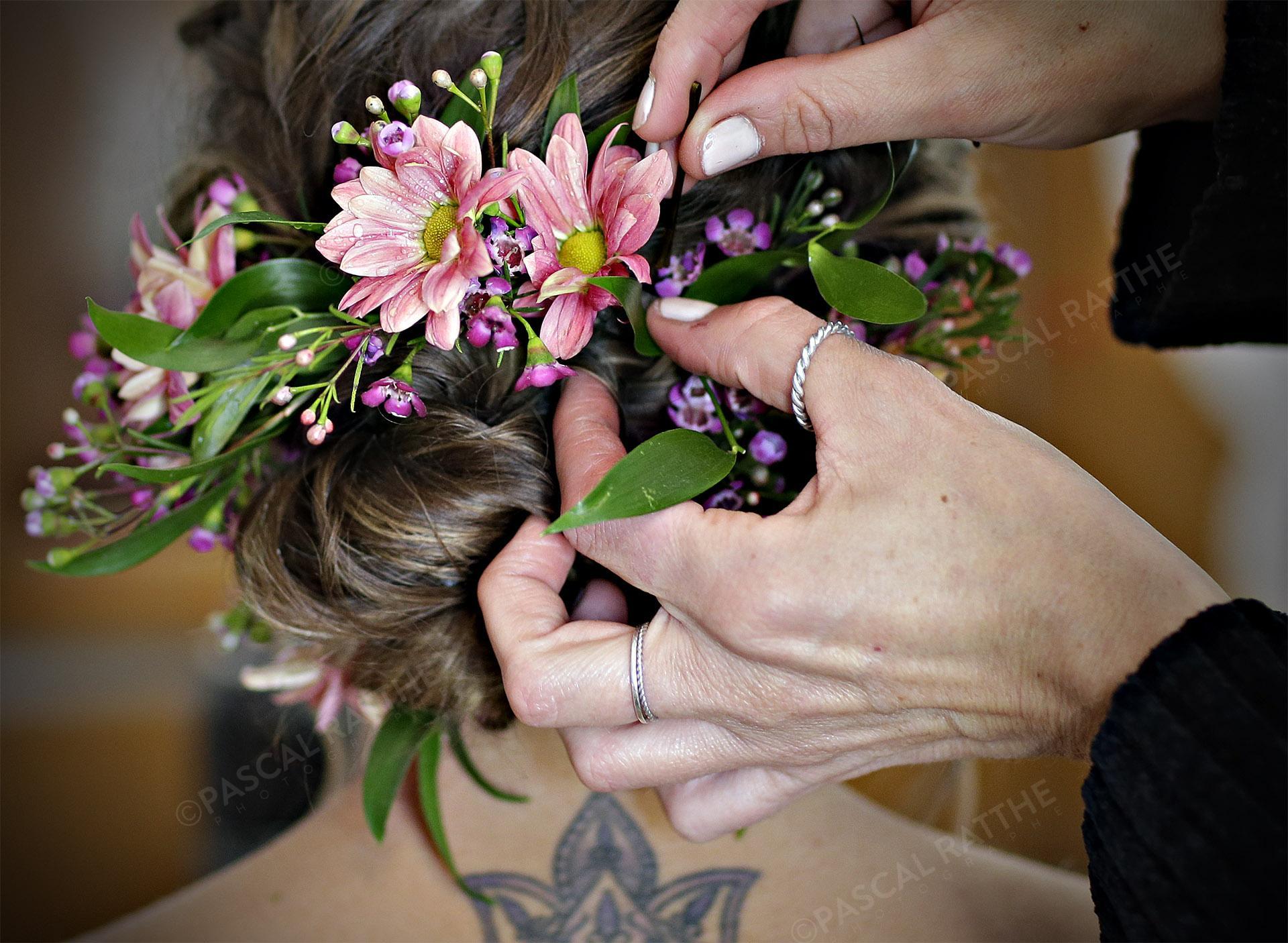 préparation de la coiffure de la marié
