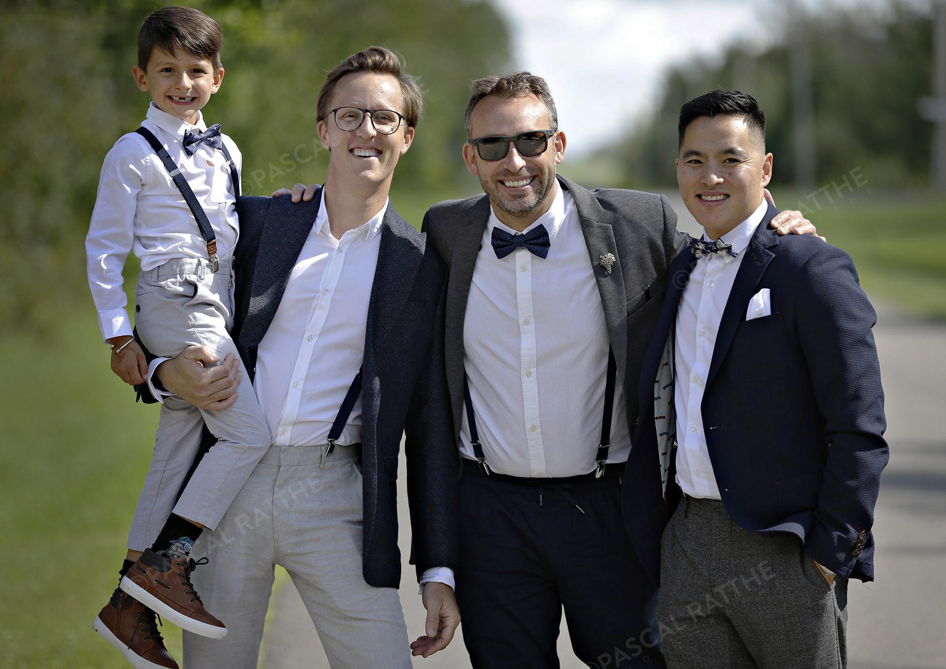 homme d'honneur avec le fils du marié avant la cérémonie