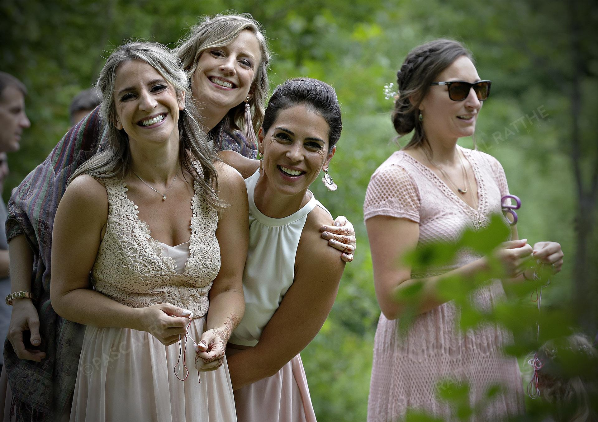 filles d'honneurs très souriante avant le mariage