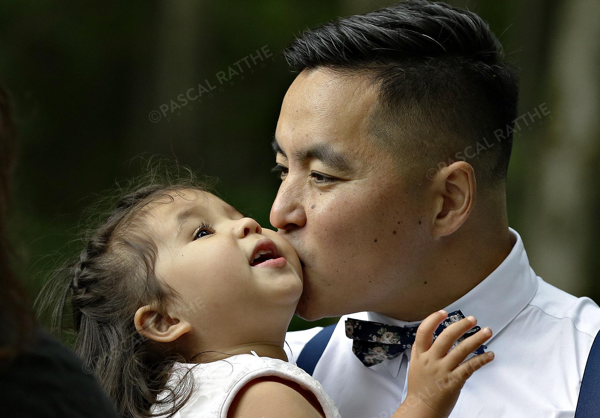 moment de tendresse d'un père et sa fille avant un mariage