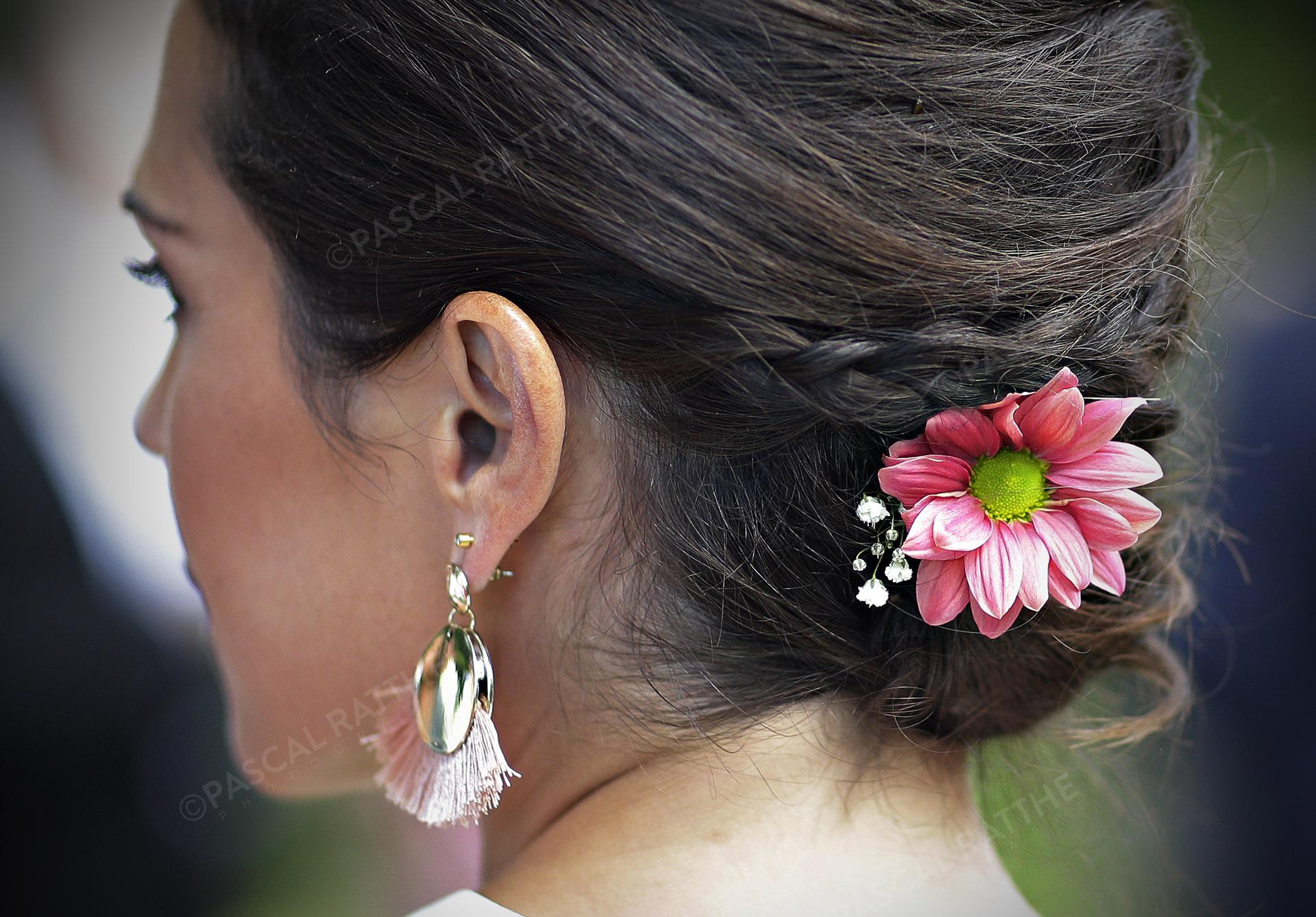 belle coiffure durant une cérémonie de mariage