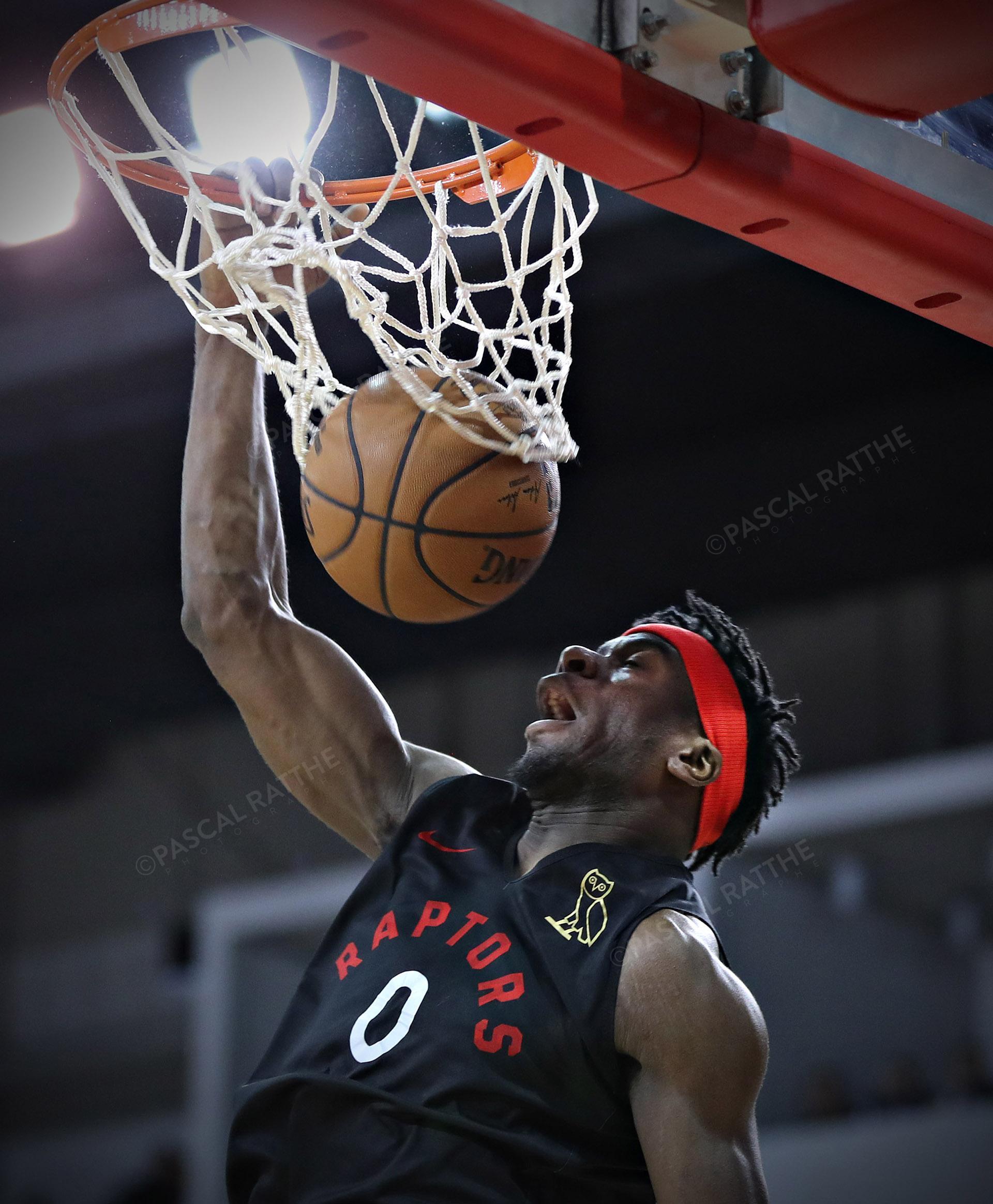 un joueur de basketball #0 Davis, Terence des raptors de toronto