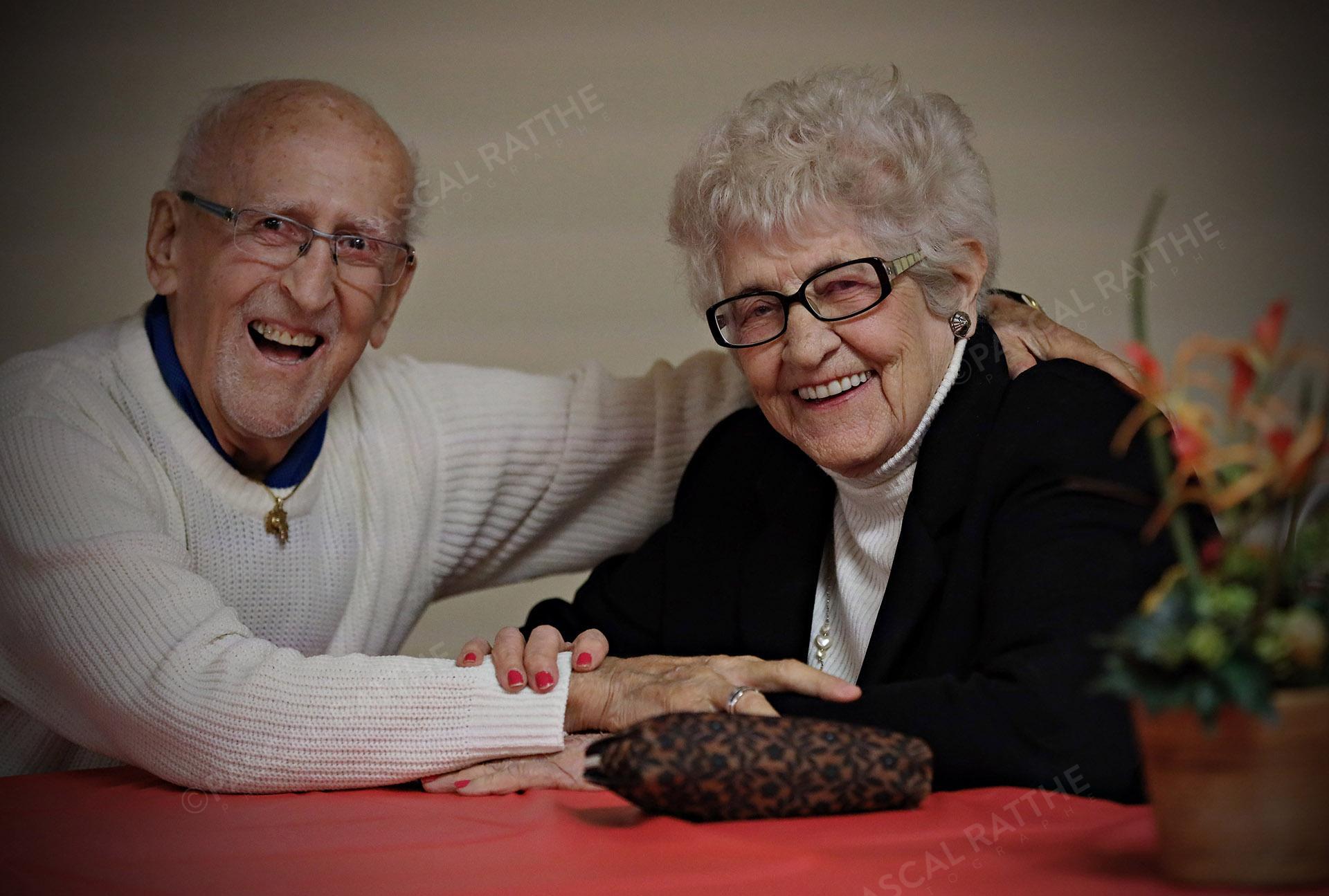 un couple heureux du 3e âge