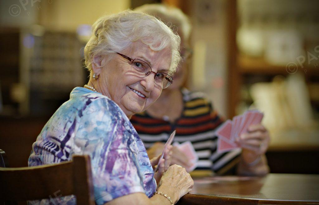 une dame du 3e âge avec un sourire éclantant