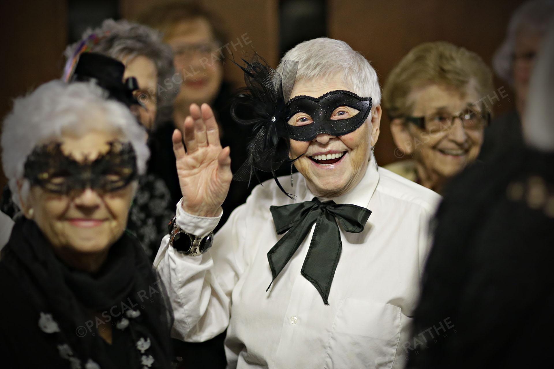 une dame du 3e âge avec un sourire éclantant avec un costume d'halloween
