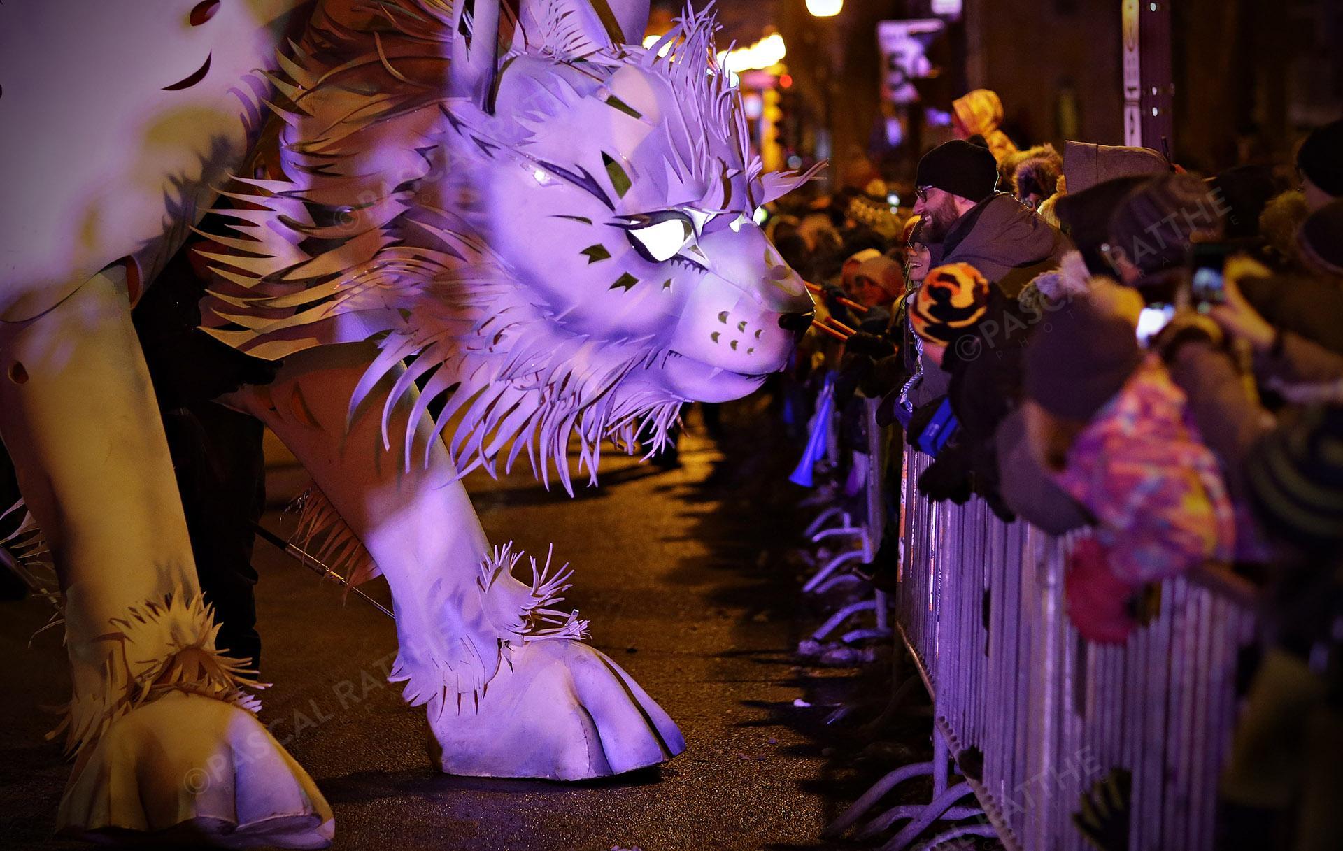 le défilé du Carnaval 2020 à Québec avec un chat géant regardant les gens