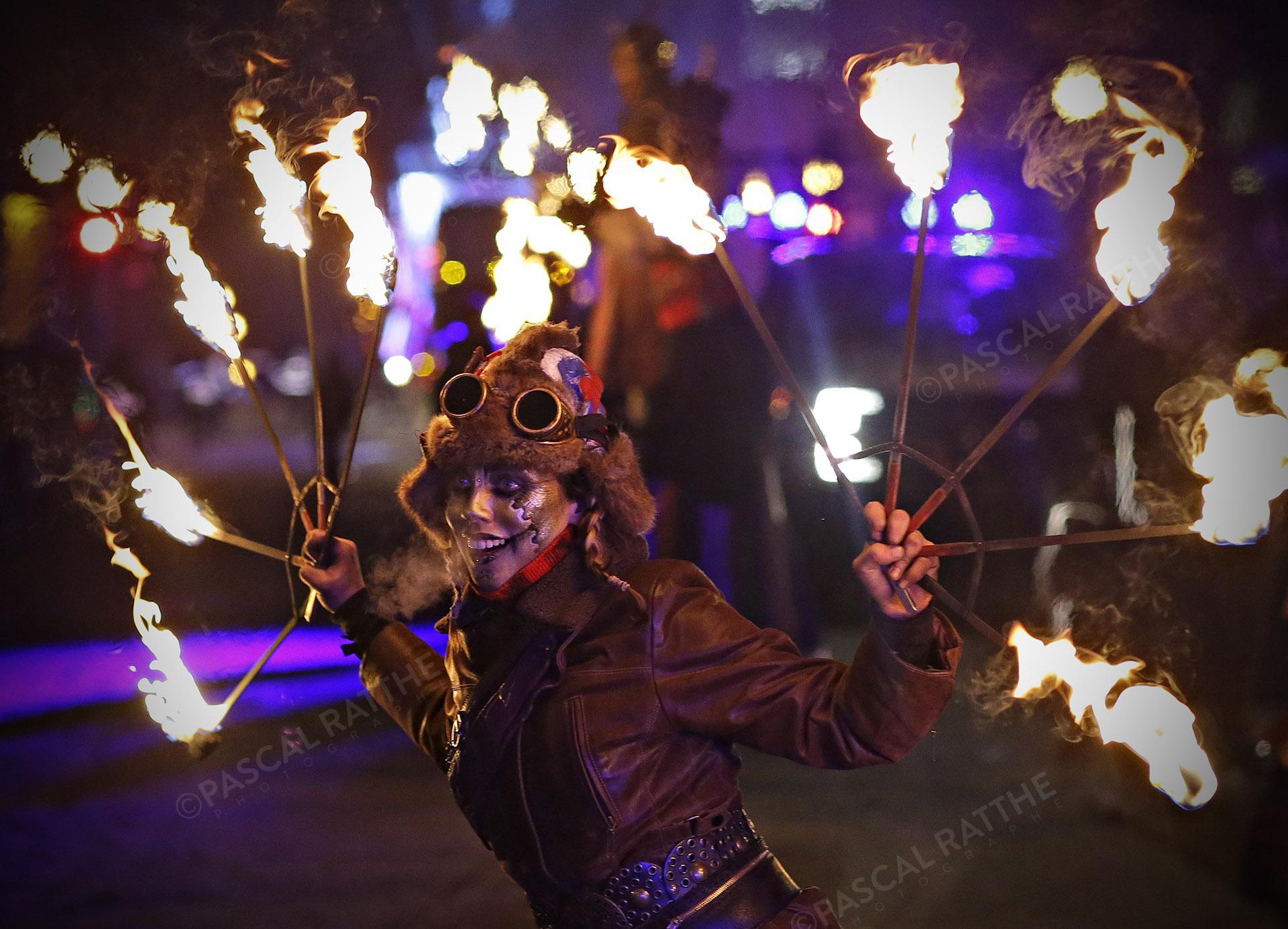 le défilé du Carnaval 2020 à Québec une artiste du feu, faisant partie du spectacle